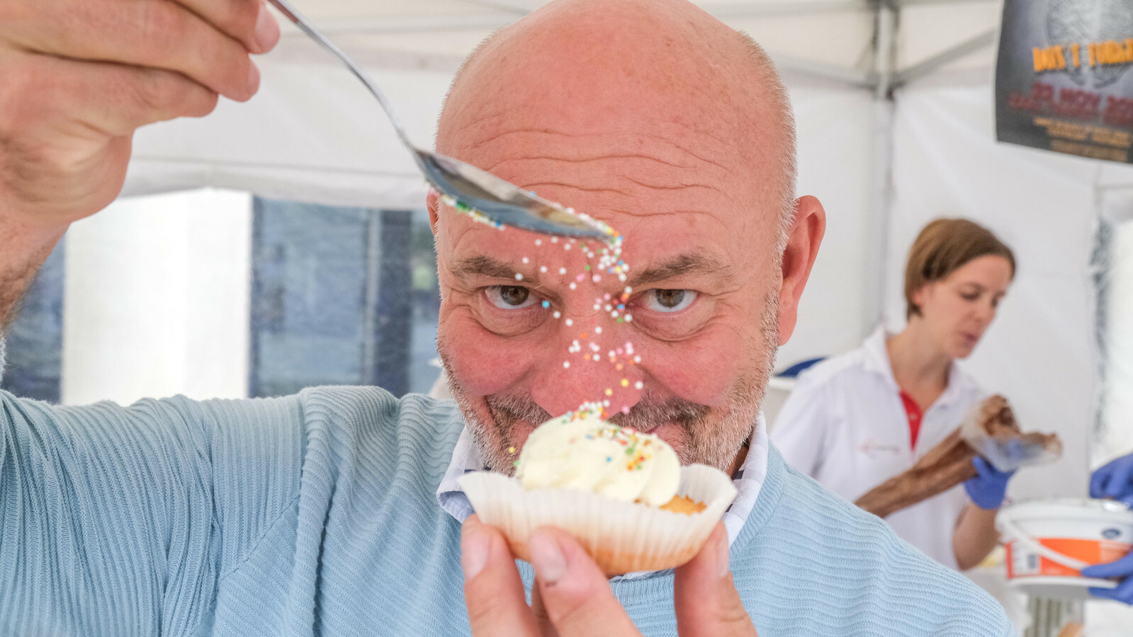 Piet Huysentruyt verkoopt cupcakes